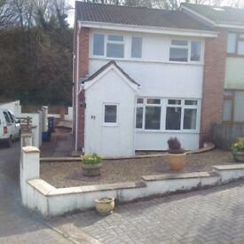 Well presented 3 bedroom house available immediately ,ample parking close to park