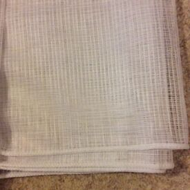 2 matching design net curtains with weighted hem. In unused condition. The drop approximately 90 cm