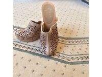 SOFT LEATHER CLOGS WITH SOLID HEELS. PALE BROWN. SIZE 6 (39)