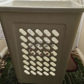 IKEA white laundry basket can hang on the wall in good condition