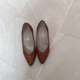 Pierre Cardin tan leather court shoes