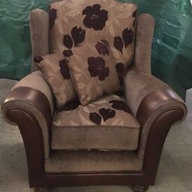 Suite for sale - 3 seater and 2 chairs