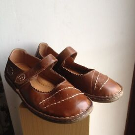 TRUE FORM shoes , size 5, leather