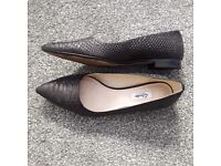 Beautiful size 7 Clarks black pointy flats