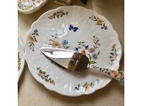 Pair of Aynsley 'Cottage Garden' bone china cake plates and matching cake slice