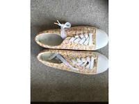 Pretty floral trainers - unworn size 6 / 39