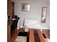 Spacious double room available in Clifton village