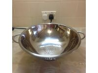 LARGE STAINLESS STEEL COLANDER COMMERCIAL GRADE (IN EXCELLENT CONDITION)