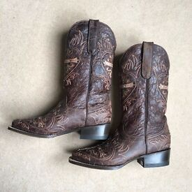 Genuine ladies leather cowboy boots size 6 straight from the USA!