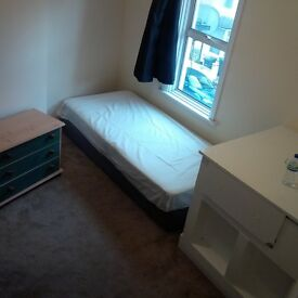 Room To Let, 1 Minute Walk from Wood Green Tube, Bills Included