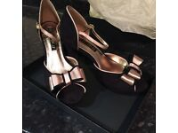 Black & gold Victoria Delef evening shoes size 6 - brand new, unworn & boxed