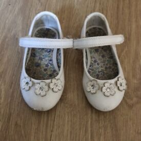 Girls white flower shoes size 4