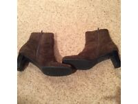 Ladies brown ankle boots in suede.