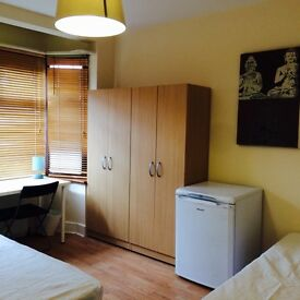BRIGHT DOUBLE/TWIN ROOM , 8 MNTS WALK CANNING TOWN, DOCKLANDS, STRATFORD, ZONE 2, SPANISH SPOKEN, RC