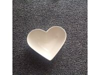 6 Beautiful cream heart shaped bowls and dinner plates