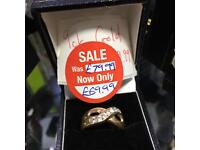 9ct Gold ring with row of clear stones