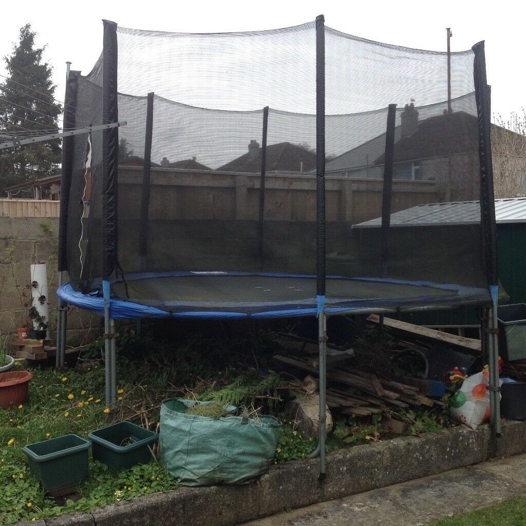 12ft Round Trampoline With Enclosure