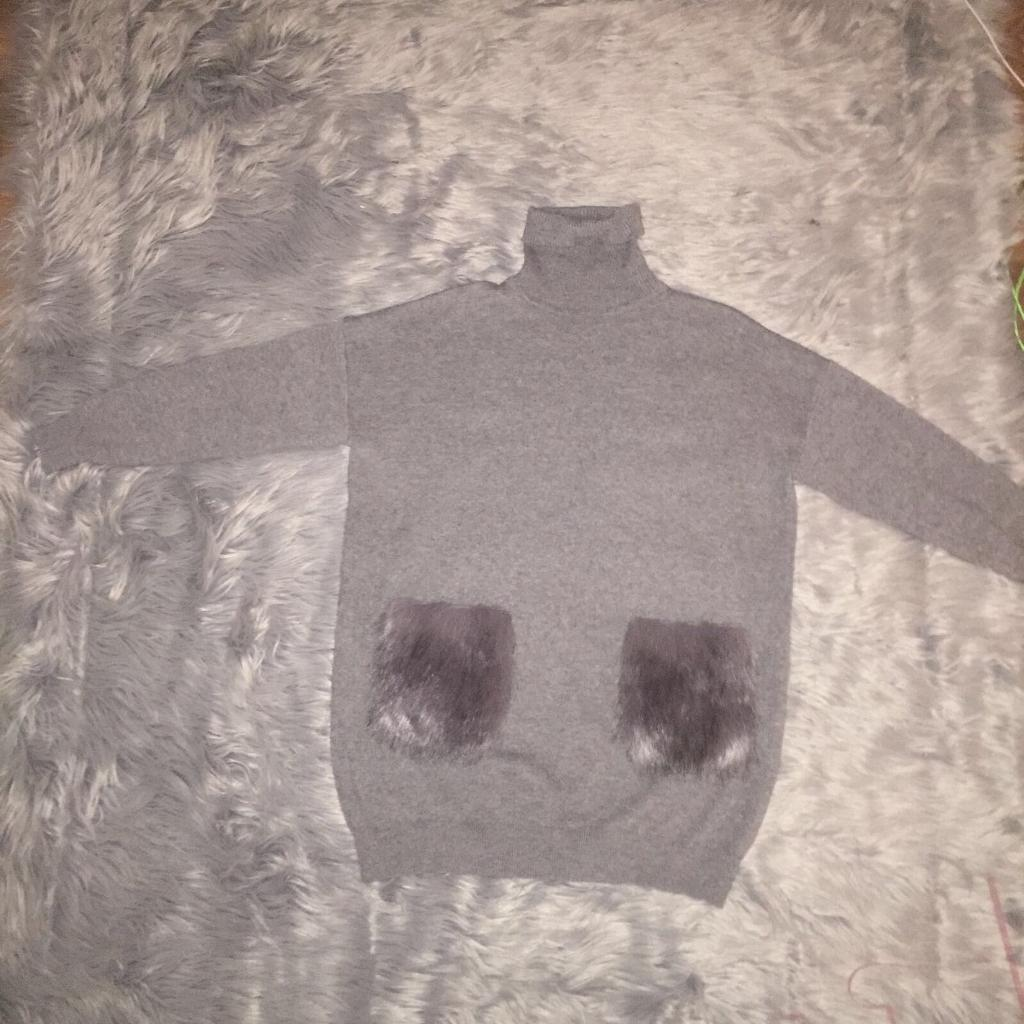 Size m/l jumper with faux fur pockets