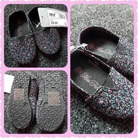 Baby girl BRAND NEW pram shoes.