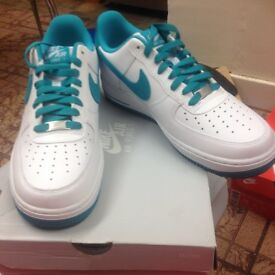 NIKE AIR FORCE 1 (WHITE & TURBO GREEN) TRAINERS SIZE 8 (BRAND NEW)