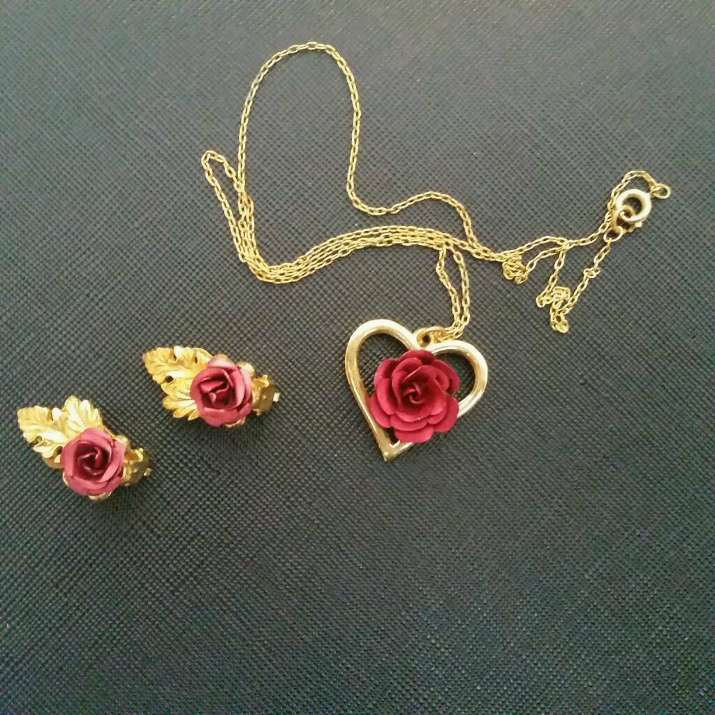 Necklace and earrings rosesin EnglandGumtree - Gorgeous roses.Set of 1 necklace and 1 pair of clip on earrings.UK postage £1.20