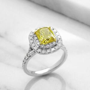 ANNIVERSARY RING WITH A 2.00 CARAT YELLOW DIAMOND / BAGUE D'ANNIVERSAIRE AVEC DIAMANT JAUNE DE 2.00 CARAT