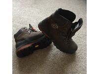 Meindl VAKUUM mfs Mens Size 9 1/2, Boots. NEW Never worn no box
