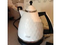 Delonghi cream and black kettle