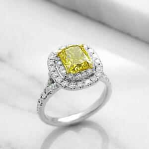 ANNIVERSARY RING WITH A 2.00 CARAT YELLOW DIAMOND / BAGUE D'ANNIVERSAIRE AVEC DIAMANT JAUNE DE 2.00 CARAT