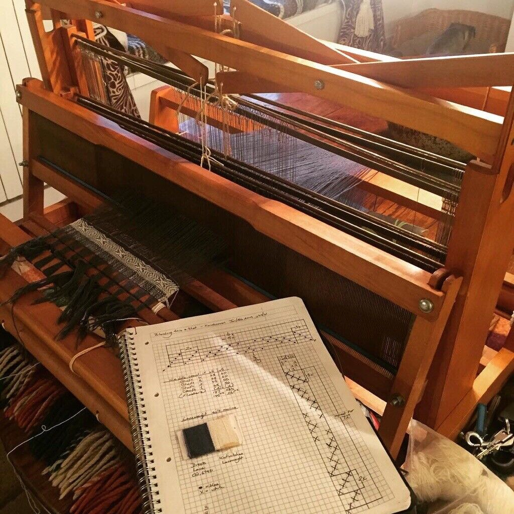 "32"", Ashford 4 shaft weaving loom, with 10 & 12 épi reeds 