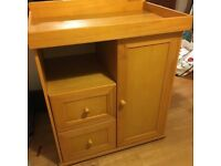 SOLID MAPLE/CHERRY WOOD BABY CHANGING UNIT /DRAWS IN EXCELLENT USED CONDITION FREE LOCAL DELIVERY