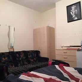 large Double room for a couple or 2 people !! Near black horse road station!!