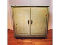 Vintage House Proud metal kitchen unit