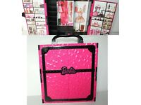 Barbie wardrobe, Vanding machine & lot of clothing and accessories