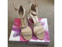 LOVELY BETTS SIZE 6 NUDE BIEGE WEDGE MID HEEL ANKLE STRAP SANDALS - VIRTUALLY NEW