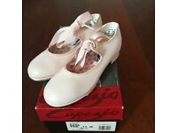 Brand new Capezio Jr Tyrette 625c Tap Shoes in Light pink Size 11M or UK 10