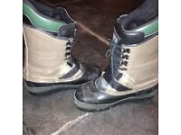 Button snowboard boots