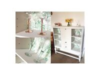 Chalk white wood display unit