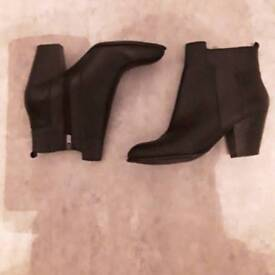 Ladies size 6 Black Foot Glove Leather Boots