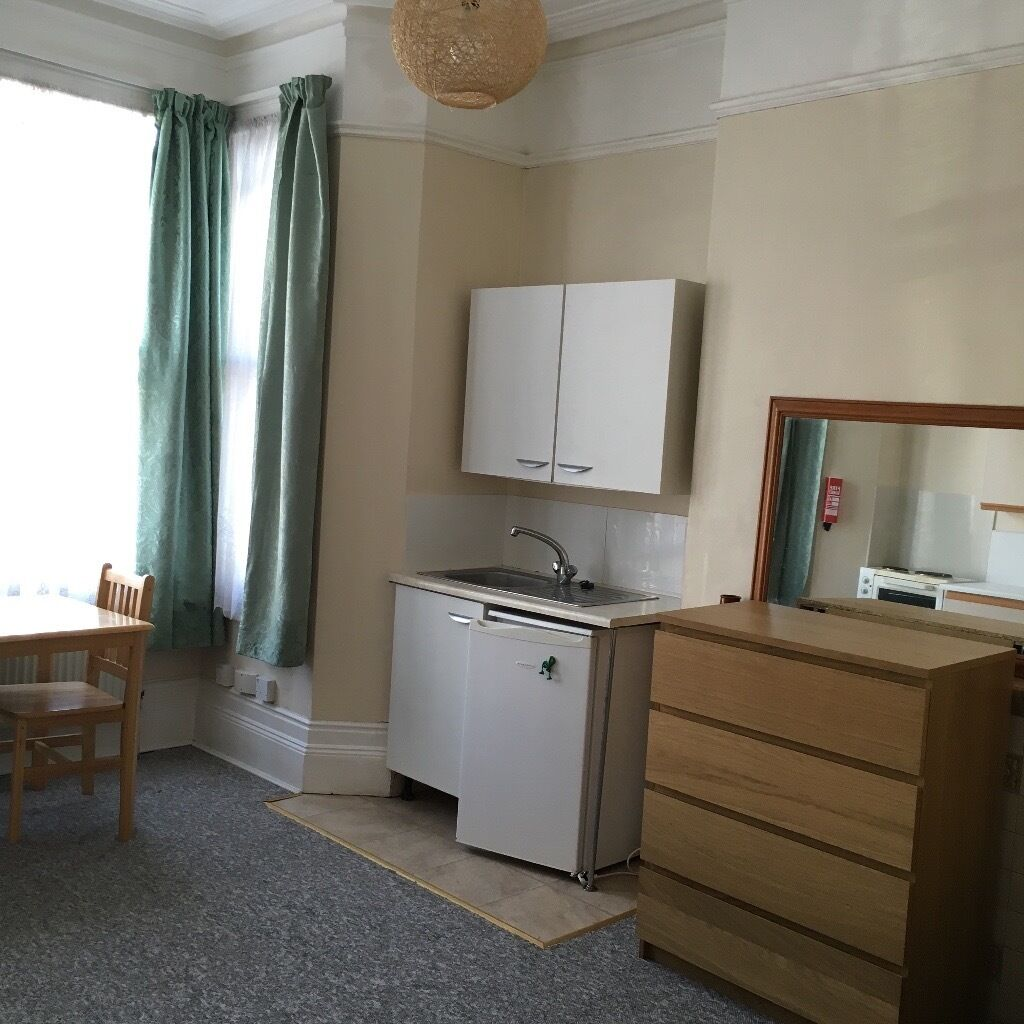 Crouch End N8, Large double bedsit, suit one or couple, non smoking