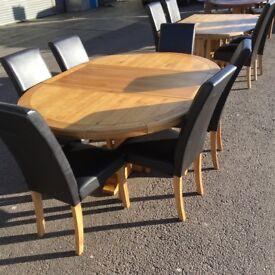 ROUND EXTENDING OAK TABLE