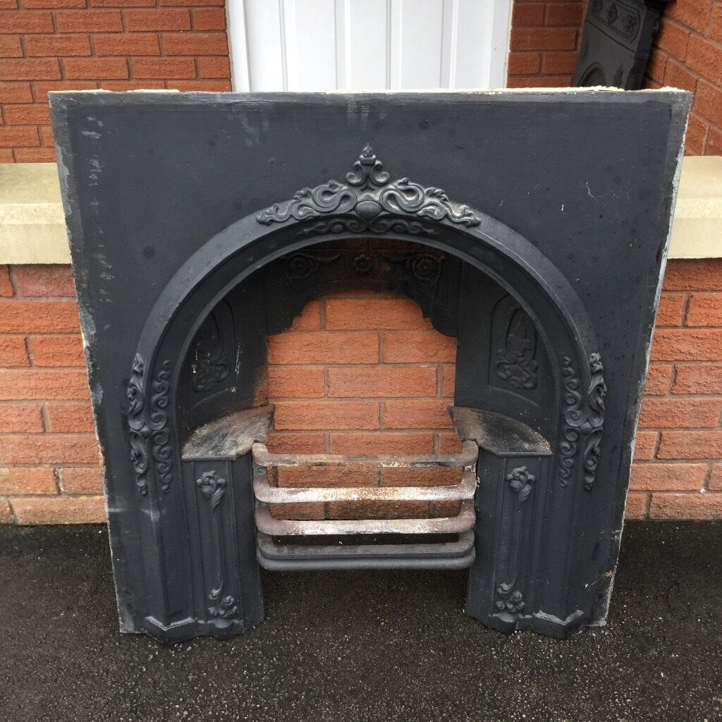 Here we have an Stunning Antique Cast Iron Fireplace with integral Hob grate with lovely detailing.