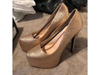 BRAND NEW Gold glitter heels size 8 (more like 7)