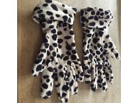 Leopard print gloves from Marks and spencer in mint condition, one size