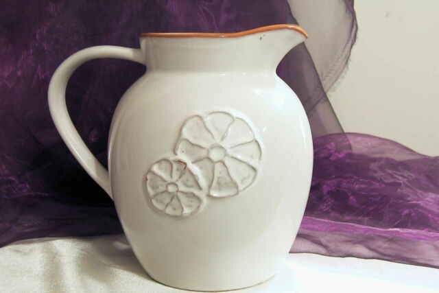 BIO Krug Karaffe Kanne Wasserkaraffe Saftkrug Weinkrug Keramik 1,5l weiß Relief
