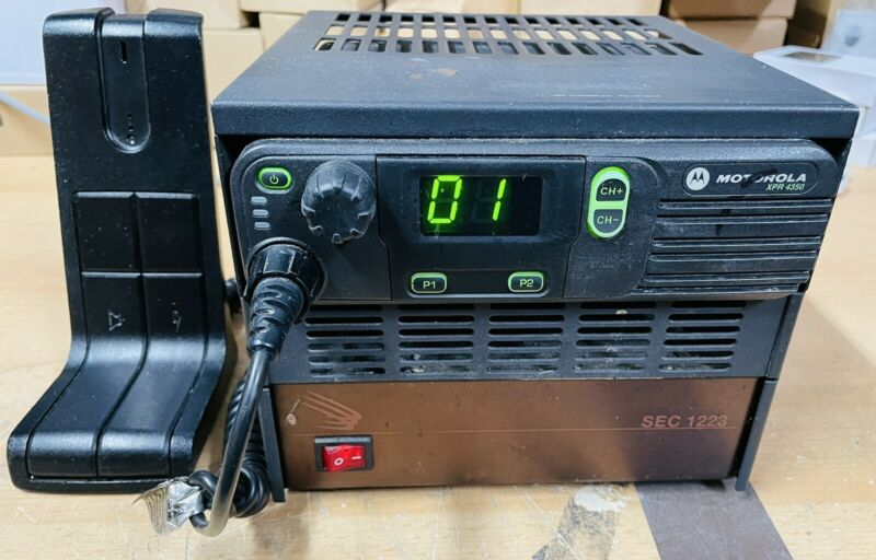 Motorola AAM27QNC9LA1AN XPR4350 UHF Radio w/ Desk Mic, Hood & Power Supply