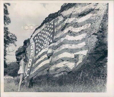American Flag Photo (1960 Press Photo American Flag Rock Painting Nahant)