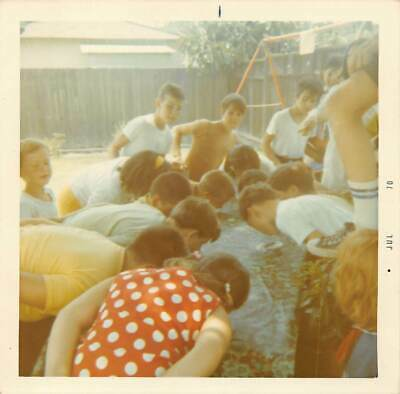 DUNKING FOR ... KIDS TEEN BOYS GIRLS HANDS BEHIND BACK PARTY GAME VTG PHOTO 170