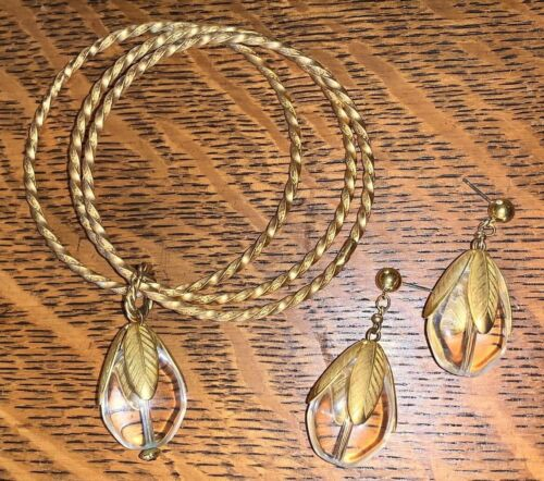 VINTAGE GOLD TONE METAL DANGLE LUCITE OR ACRYLIC LEAF DESIGN EARRINGS & BRACELET