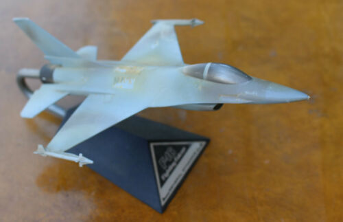 Vintage General Dynamics F-16 Fighting Falcon Desk Model Jet Airplane Aviation